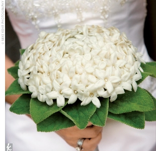 Buchet de mireasa facut din flori de stephanotis