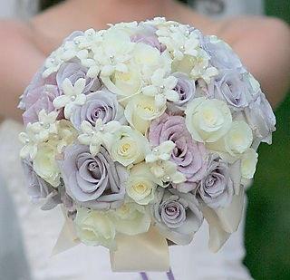 Super buchet de nunta facut din tandafiri si iasomie de madagascar