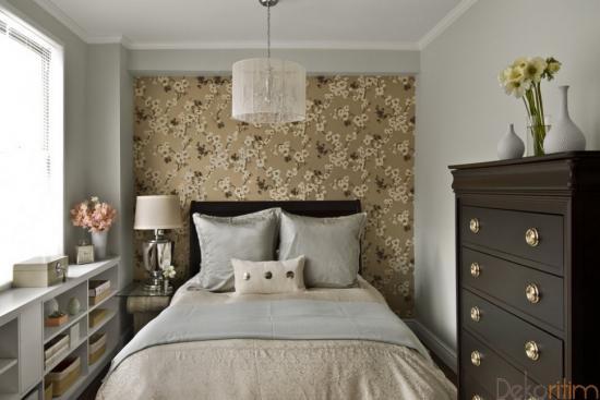Dormitor mic decorat in culori deschise si luminoase