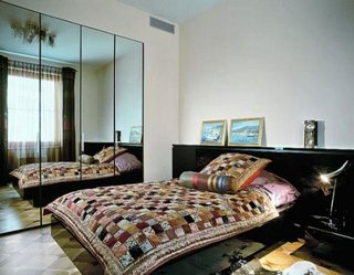Oglinda montata pe peretele de langa pat