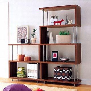 Biblioteca cu etajere pentru un living mic
