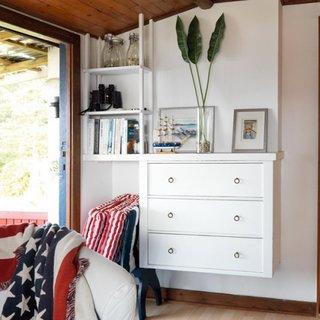 Comoda din lemn alb suspendata pe perete