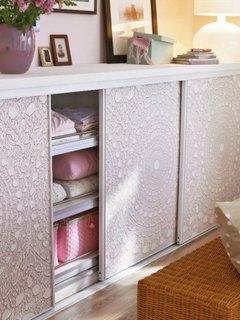Dulapuri albe cu usi culisante decorate cu tapet