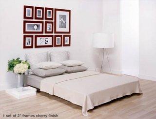 Dormitor cu tablouri deasupra patului