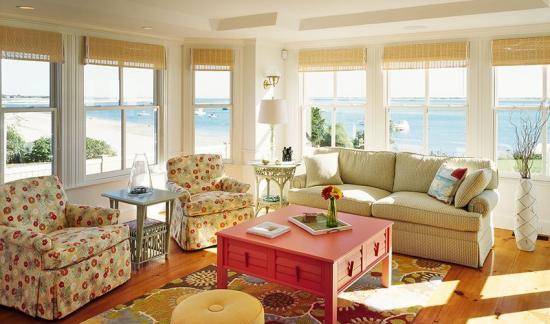 Living cu piesa centrala masuta in culoarea coralului