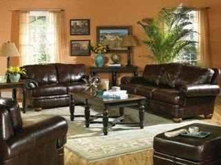 Living decorat in stil clasic cu canapele din piele