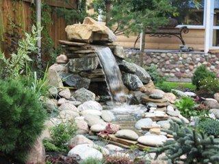Cascada cu pietre ornament de gradina