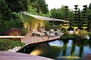 Terasa din lemn pe malul iazului