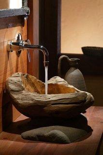 Chiuveta de piatra pe blat de lemn