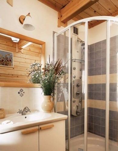 Baie eleganta casa din lemn