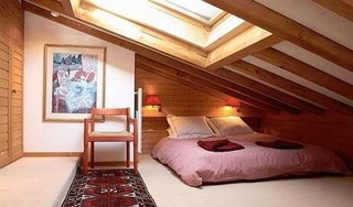 Amenajare dormitor in mansarda cu acoperis foarte inclinat