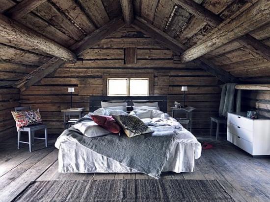 Camera la mansarda cu pereti din lemn