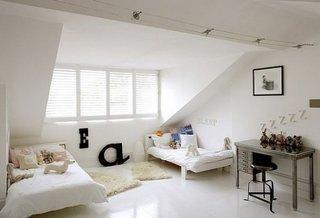 Dormitor alb la mansarda mobilat cu doua paturi