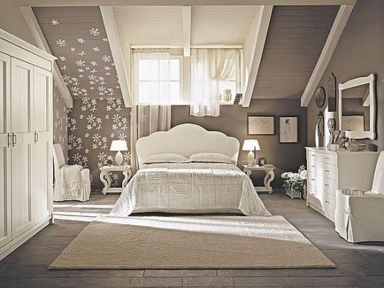 Dormitor clasic amenajat la mansarda alb cu bej si gri