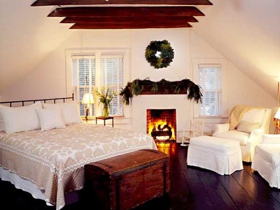 Dormitor la mansarda cu semineu