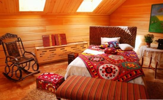 Dormitor la mansarda in stil rustic