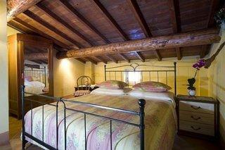 Dormitor mic gotic amenajat la mansarda