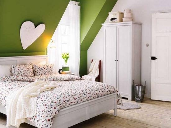 Mobila alba si pereti verzi in dormitor