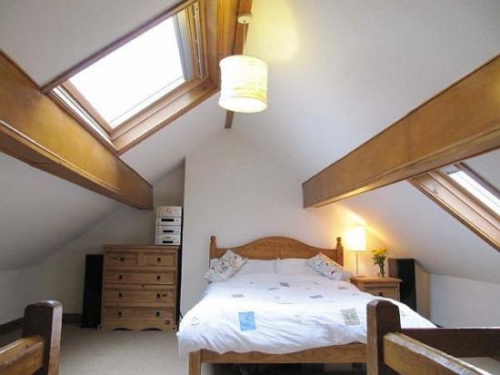 Mobilier din lemn pentru dormitor mansardat