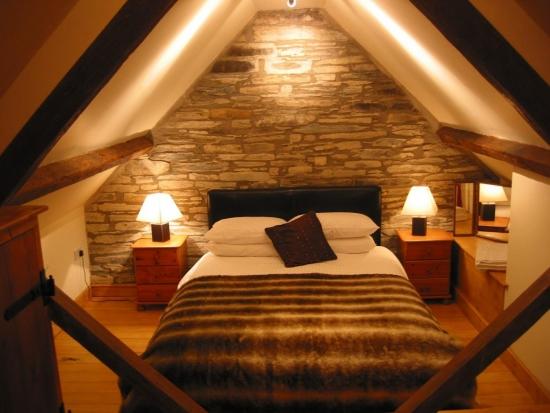perete de piatra in dormitor la mansarda