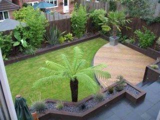 Curte mica cu terasa din lemn si peluza gazon
