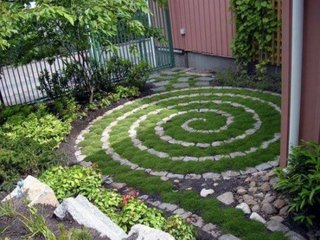 Spirala din gazon si piatra de granit