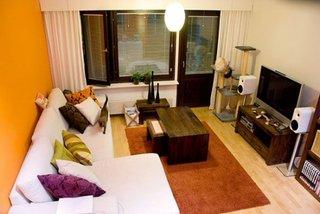 Amenajarea moderna a unei sufragerii de apartament cu wenge si portocaliu