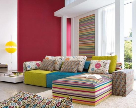 Canapea modulara colorata si panou decorativ pe perete cu imprimeu cu dungi colorate