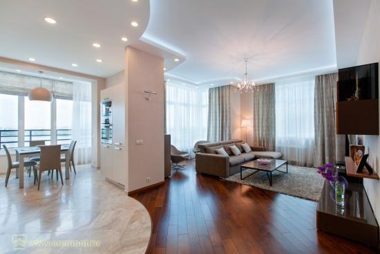 Living mare open space amenaat modern cu pardoseala combinata de parchet si marmura