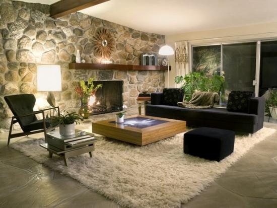 Living rustic modern cu perete placat cu piatra de rau si covor alb de blana