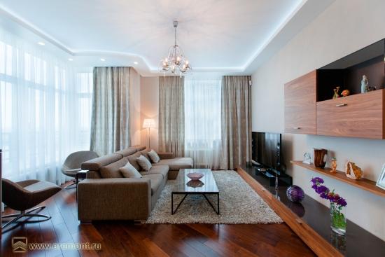 Mobila de sufragerie suspendata pe perete si canapea de trei locuri amenajare pentru living ingust
