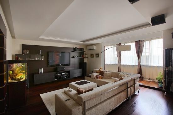 Model de tavan cu scafa decorativa in living modern mare cu perete maro ciocolata si canapea cu husa