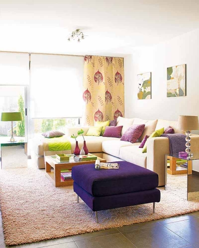 Otoman violet si canapea crem cu perne decorative mov