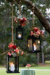 Felinare cu flori agatate in copaci