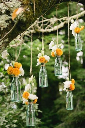 Sticle cu flori agatate in copac