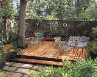 Terasa de lemn umbrita de copac