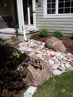 Sistem redirectionare apa pluviala cu pietre colorate