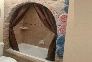Perete baie placat cu piatra decorativa