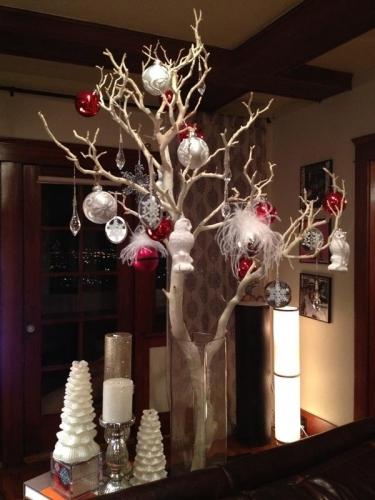 Creanga de copac in vaza impodobita cu globuri