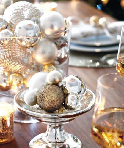 Aranjament cu globuri aurii si argintii pentru masa de Craciun
