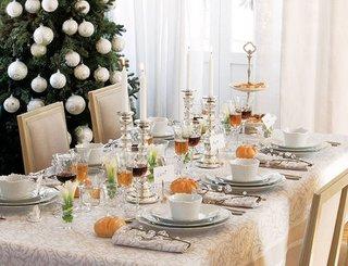 Argintiu si bej culori pentru decorarea mesei de Craciun si Anul Nou