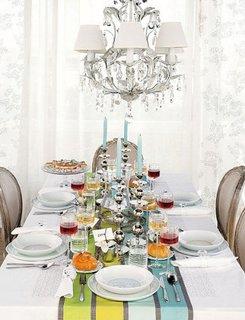 Combinatie de alb si culori pastel pentru decorarea mesei de Craciun