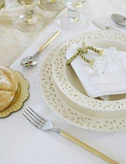 Farfurii si servetel alb cu snur auriu si tacamuri cu auriu si argintiu