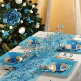 Masa de Craciun aranjata in alb si bleu