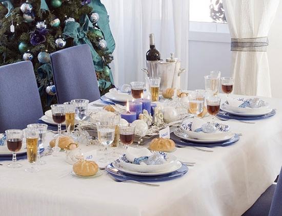 Masa de Craciun aranjata in combinatia de alb si albastru violet
