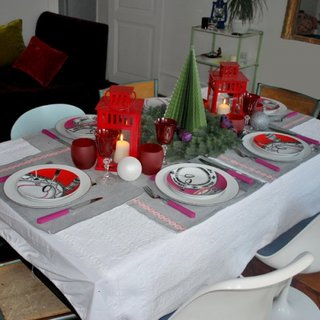 Masa de Craciun decorata simplu cu alb si rosu