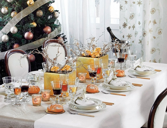 Masa de Craciun sau de Anul Nou decorata cu alb si auriu