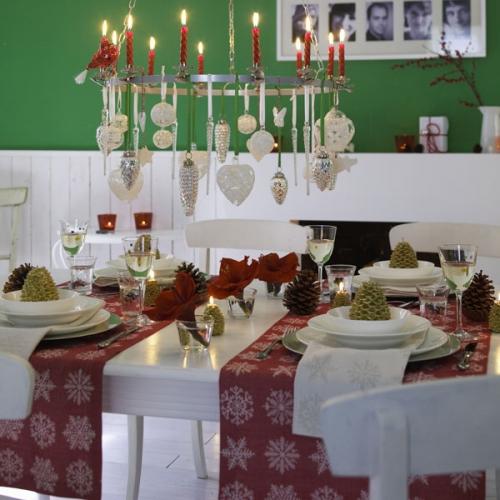 Masa decorata clasic pentru Craciun cu alb verde si rosu
