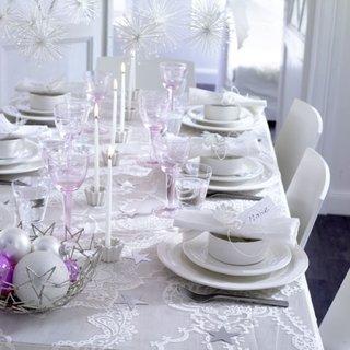 Masa decorata doar in alb special pentru Craciun