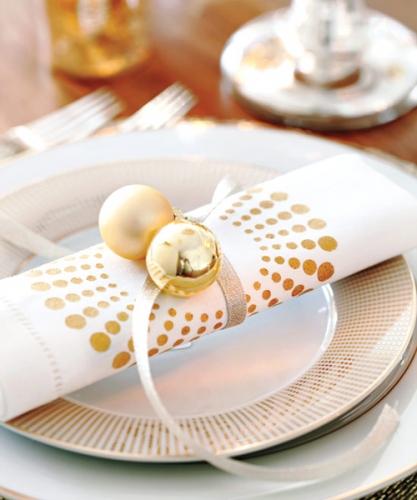 Servetel alb cu globuri aurii si panglica argintie